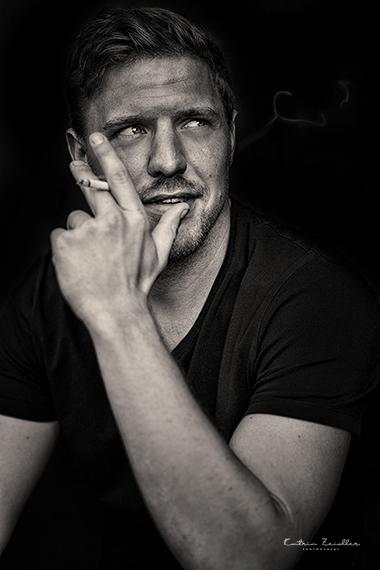 Porträtfoto - rauchender Mann - männlich überlegen