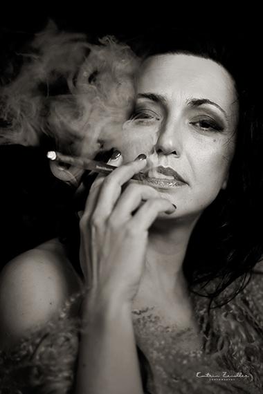 Porträtfotografie - rauchende Frau - gleichgültig, kühl