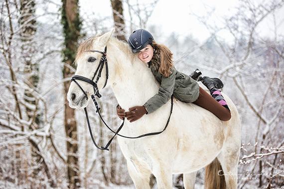 Tierfotografie - Kind reitet und liebt sein Pferd