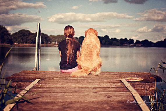 Tierfotografie - Kind und Hund am See