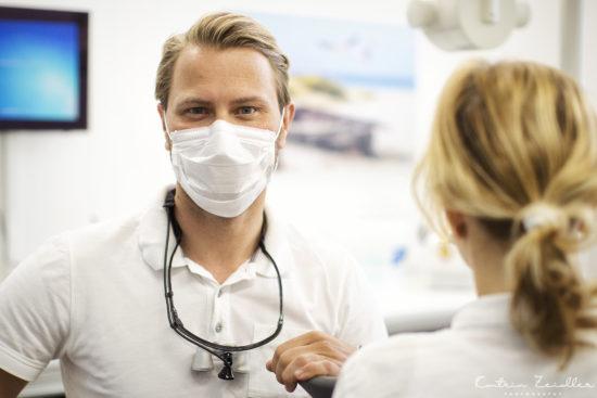 Praxisfotografie - Zahnarzt präsentiert