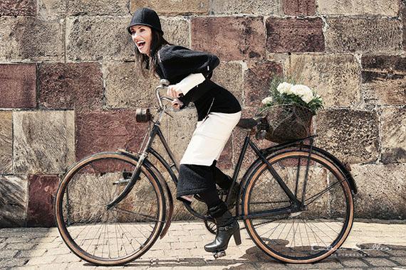 """Mode Fotografie - Das """"alte"""" Fahrrad lässt die edle Kleidung glänzen"""