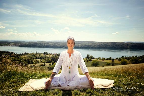 Businessfotografie - Yoga Lehrer beim meditieren im Einklang mit der Natur