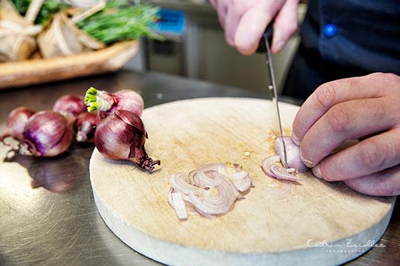 Businessfoto - Restaurant Küche Zwiebelschneiden
