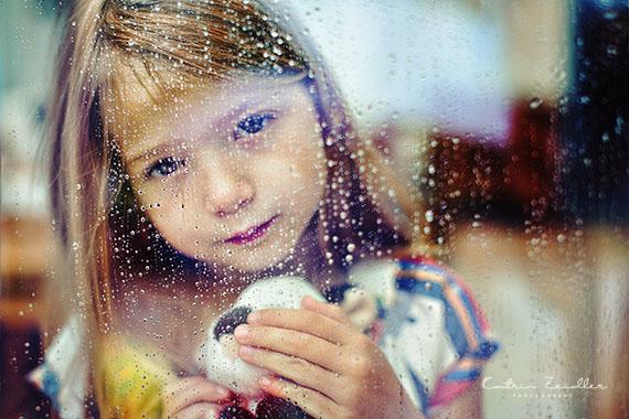 Kinderfotografie - Kind träumend mit Tier kuschelnd