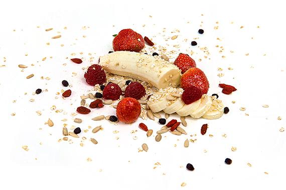 Banane Erdbeeren und Müsli