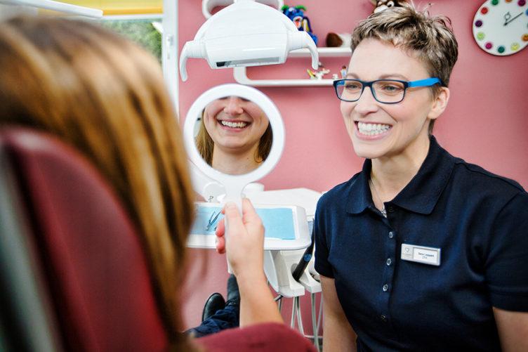 lachender Zahnarzt